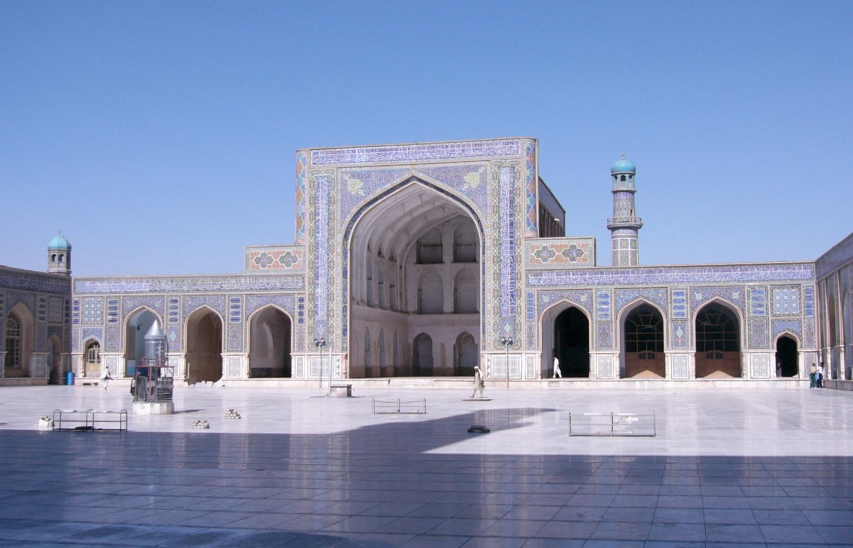 Herat Masjidi Jami courtyard by Sven Dirks, Wien via Wikimedia Commons
